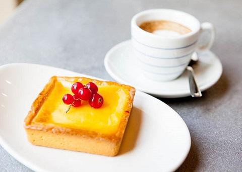 Perché bere caffè fa venire voglia di dolce